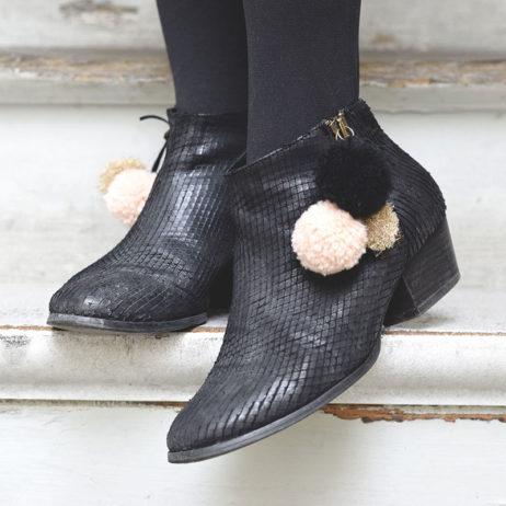 DIY mode : chaussures customisées avec des pompons en laine