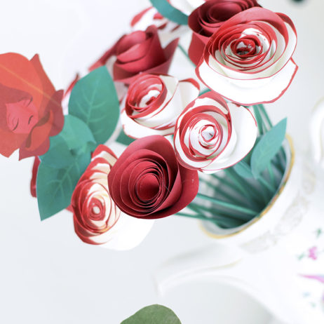 Alice Mad Tea Party : DIY des roses peintes en rouge [VIDEO]