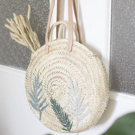 DIY : panier de paille rond aux broderies tropicales