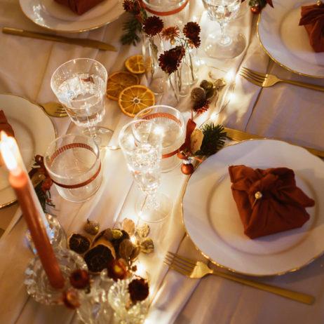 DIY déco : une table de Noël rouge, or et blanc